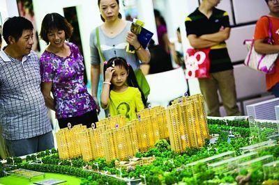 南京房交会上前去看房买房的市民络绎不绝,不少都是拖家带口齐上阵。扬子晚报记者宋峤摄