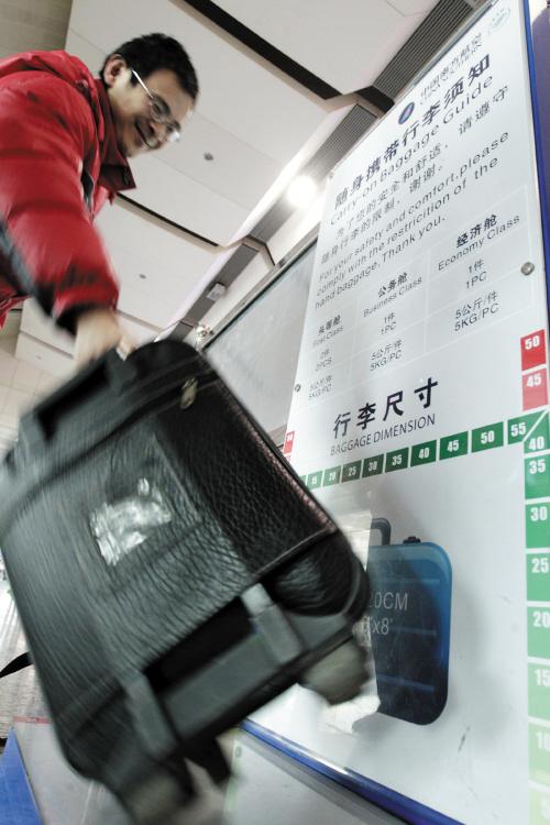 随身背包里带上飞机,这样既能把物品全部带走又不会被收取逾重行李费.