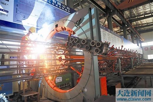 图为工人在地铁5号线施工现场加工钢筋笼。
