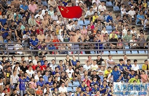 图为球迷在现场为球队加油助威。本报记者王华
