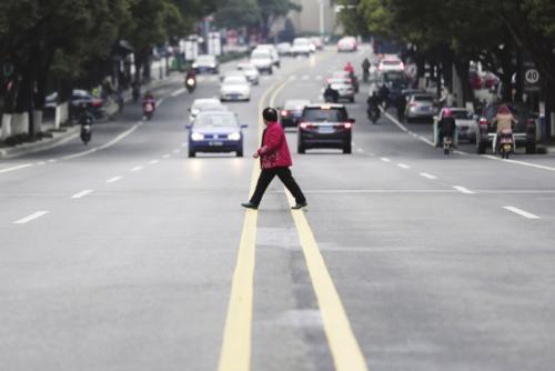 大连整治行人斜穿马路闯红灯 与诚信系统挂钩
