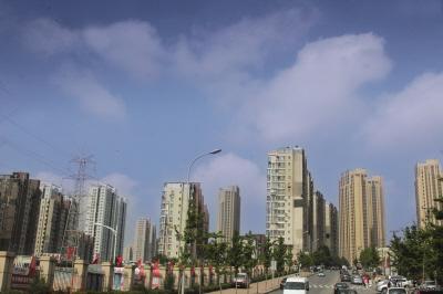 蓝天白云令人心旷神怡。
