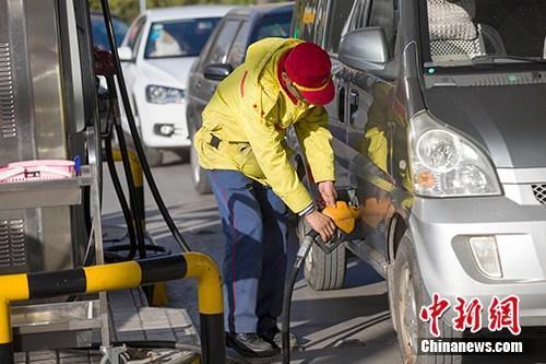 资料图:山西太原,车辆正在加油站加油。中新社记者 张云 摄