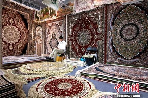 图为一位商人在售卖土耳其毛毯。中新社记者 张道正 摄