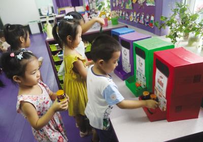 甘区教育局幼儿园从今年3月份就实施垃圾分类教育,自制玩教具供孩子进行垃圾分类游戏。