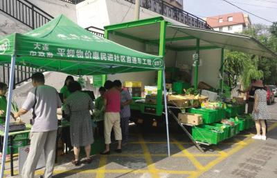 蔬菜直通车进社区,深受群众欢迎。