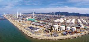 位于大连长兴岛的恒力石化炼化项目,即将迎来投料试生产(8月26日无人机拍摄)。
