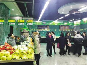 首个蔬菜直通车拓展体验店开业,是对蔬菜直通车摊点的有效补充。
