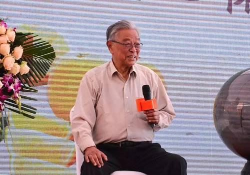 直到2002年,褚时健因为严重糖尿病被批准保外就医。74岁的他,和老伴一起承包了2000亩荒山,种起了橙子。起意的原因说来也很简单,他尝过国外的橙子,感觉口感偏酸,价格昂贵,并不适合中国人的口味。于是,他就想种出口感更适合中国人,并且品质不差于国外的橙子。