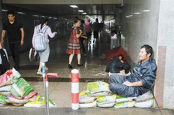 8月12日晨,记者在往年容易积水的宏孚桥地下通道口看到,几名市政公司的员工正在排水,据现场工作的赵师傅告诉记者,他们已经在此坚守了48小时以上,看到他们疲惫的身影,过往的行人投以敬佩的目光。本报记者姚壮